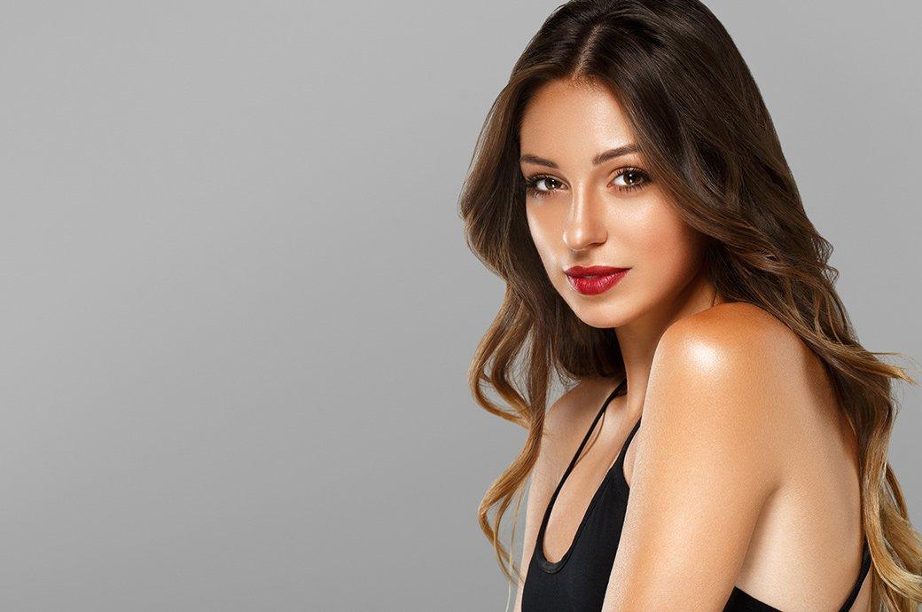Mujer joven atractiva mira la camara