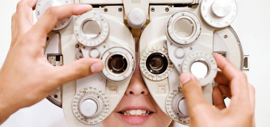 Profesional de la vision observa paciente